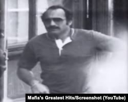 Пистоне по времето, когато се представя със самоличността на Дони Браско