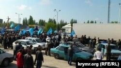 Крымские татары встречают Мустафу Джемилева в Армянске, 3 мая 2014 года