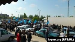 Qırımtatarlar Ermeni Bazarda Mustafa Cemilevni qarşılay, 2014 senesi mayısnıñ 3-ü