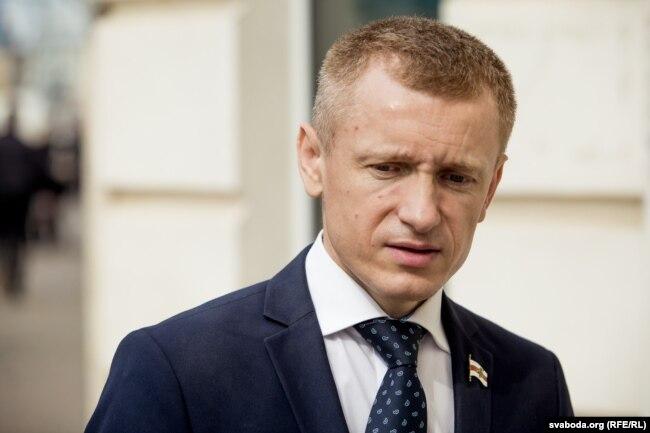 Аляксей Янукевіч каля былой сядзібы Партыі БНФ