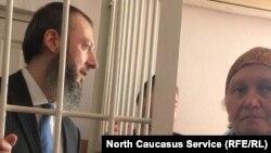 Ингушетиялық оппозиция белсендісі Магомед Хазбиев сотта отыр.