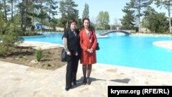 Аділе Емірова (зліва) і Гульнара Бекірова. Міжнародна конференція «Мультилінгвальна освіта». Піщане, Крим, 2012. Архів автора