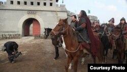"""Даделхан Кадыр (на переднем плане верхом на коне) в фильме """"Чингисхан""""."""