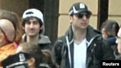 Бостондағы жарылысқа күдікті делінген Джохар (сол жақта) және Тамерлан Царнаевтар. 18 сәуір 2013 жыл. (FBI сайтынан алынған сурет)