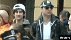 Кадр відеоспостереження, оприлюднений ФБР 18 квітня 2013 року: Джохар (л, у білій кепці) і Тамерлан (п, у темній кепці) Царнаєви серед людей перед вибухами 15 квітня