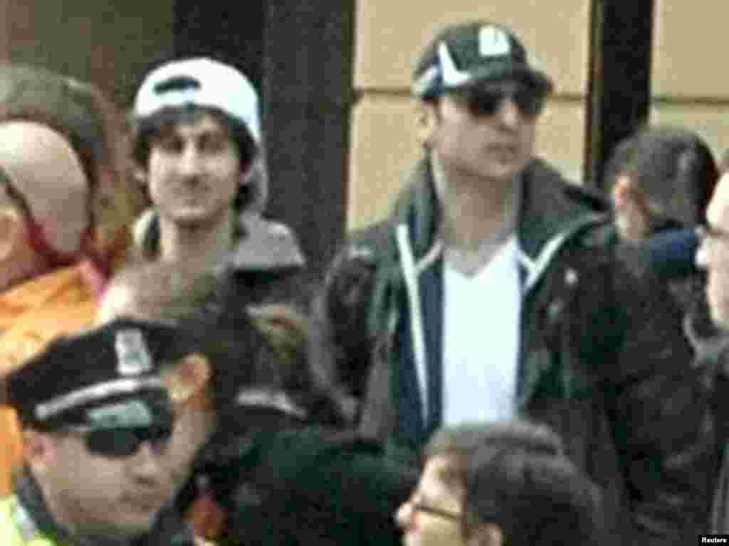 Скриншот с веб-сайта ФБР. Подозреваемые в организации взрывов на Бостонском марафоне братья Джохар (слева) и Тамерлан Царнаевы.