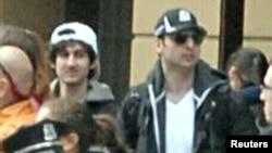 Джохар Царнаев (слева) и его брат Тамерлан. Фотография с сайта ФБР, апрель 2013 года