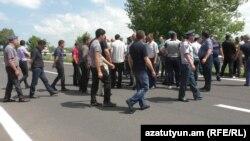 Կաթ արտադրողները, որպես բողոքի նշան, կարճ ժամանակով փակեցին Երևան-Սևան մայրուղին, 25-ը հունիսի, 2018 թ․