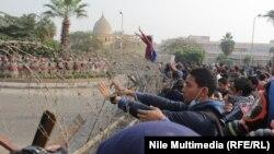 Egjipt - Studentët protestues janë barrikaduar me barrikada për të parandaluar eskalimin e situatës, pas përleshjeve të mëhershme me forcat e rendit në Kajro, 27 dhjetor 2013