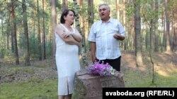 Гісторык Мікалай Анісавец і бард Вальжына Цярэшчанка ля памятнага камня
