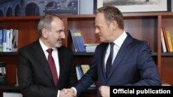 Премьер-министр Армении Никол Пашинян (слева) и председатель Европейской народной партии Дональд Туск, Брюссель, 9 марта 2020 г.
