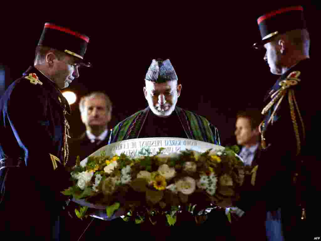 Президент Афганистана Хамид Карзай возложил венок к могиле Неизвестного солдата в Париже, 27 января 2012.