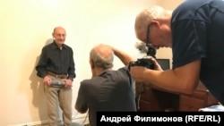 Натан Фарб снимает портрет Виктора Гольденберга