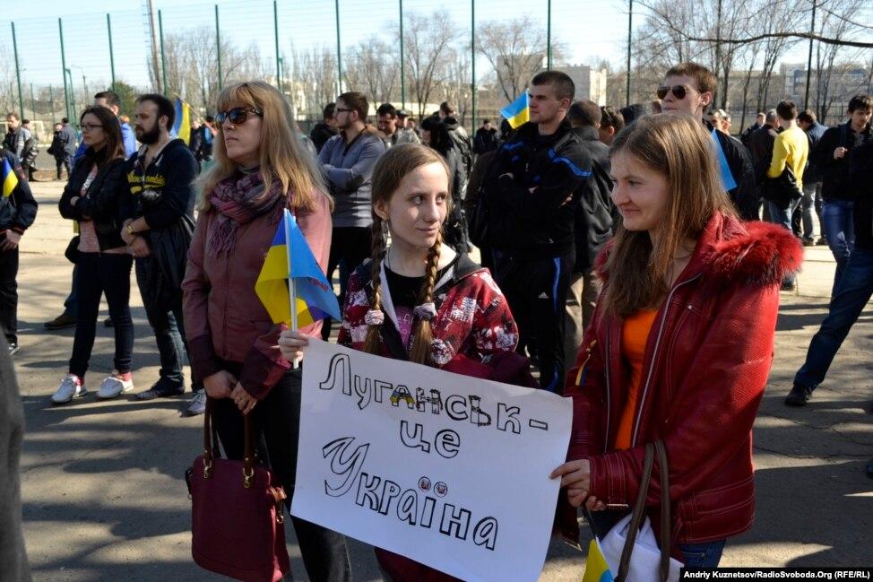 Жители Донецка встали на защиту флага Украины - Цензор.НЕТ 1959