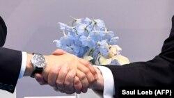 Рукопожатие Владимира Путина и Дональда Трампа. Гамбург, 7 июля 2017 года