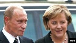 Ангела Меркель и Владимир Путин говорят по-русски, по-немецки и по-английски, но вместе с тем - на разных языках