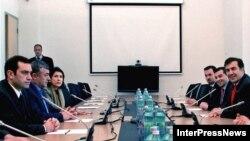 Президент Саакашвили оппозиция менен жолугушуу маалында