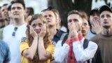 На величезному екрані одного з торговельних центрів столиці вболівальники спостерігали за матчем збірної України