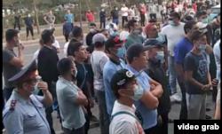 Толпа перед зданием, где проходила встреча, 28 июля 2021 года