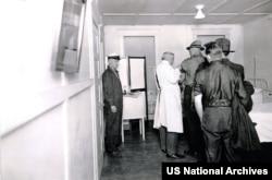 Sietliň ýaşaýjylary ispan dümewine garşy sanjym üçin nobata durýarlar. 1918-nji ýylyň noýabry. Ýöne ol waksina peýdasyz eken. Photo:US National Archives