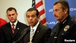 Kryebashkiaku i Los Anxhelosit gjatë konferencës për media