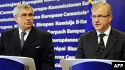 Bosnian Foreign Minister Sven Alkalaj (left) and EU Enlargement Commissioner Olli Rehn speak to reporters in Brussels.