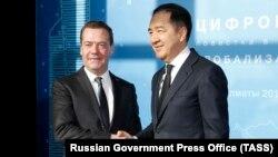Премьер-министр Казахстана Бакытжан Сагинтаев (справа) с премьер-министром России Дмитрием Медведевым. Алматы, 2 февраля 2018 года.