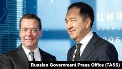 Ресей премьер-министрі Дмитрий Медведев (сол жақта) пен Қазақстан премьер-министрі Бақытжан Сағынтаев.