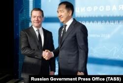 Премьер-министр Казахстана Бакытжан Сагинтаев и премьер-министр России Дмитрий Медведев перед началом заседания Цифровой повестки дня на международном форуме «Глобализация» в Алматы, 2 февраля 2018 года
