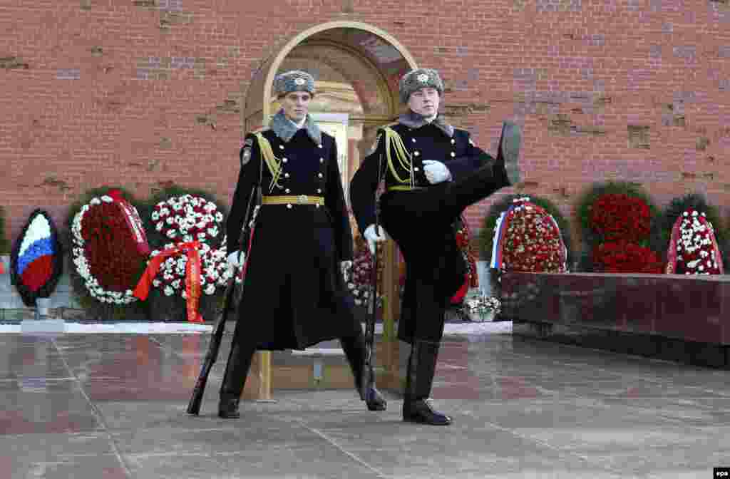 Changing of the honor guard at the tomb of the Unknown Soldier near the Kremlin wall in Moscow on February 25. (epa/Barbara Walton)