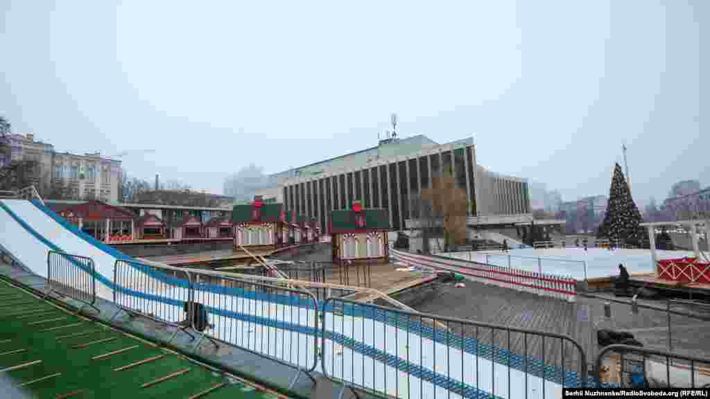 18 грудня відкриється ще одна масштабна різдвяно-новорічна локація. Вона розташується на території Палацу «Україна» й матиме назву «Містечко зимових розваг»