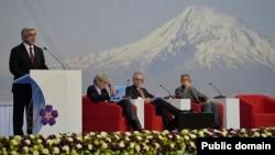 Президент Армении Серж Саргсян во время выступления перед участниками проходящего в Армении накануне 101-й годовщины Геноцида армян второго глобального форума «Против преступления геноцида». Ереван, 23 апреля 2016 г.