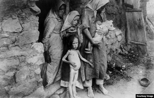 Семья голодающих в селе Асекеево Бугуруспанского уезда Казанской губернии, 1921 г.