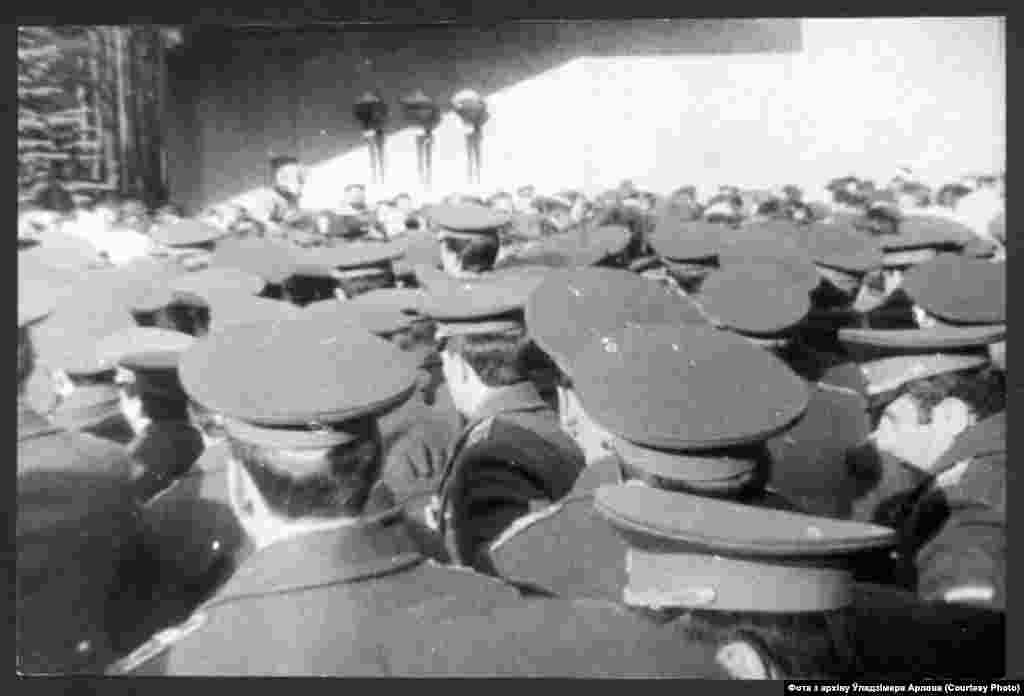 Міліцыя каля Ўсходніх могілак Менска блякуе ўдзельнікаў дэманстрацыі. Дзяды-88.