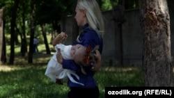 Женщина с ребенком на руках. Иллюстративное фото.