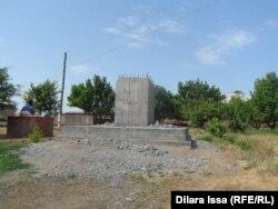 Құлаған Сталин ескерткішінің тұғыры. Ескі Иқан ауылы,Оңтүстік Қазақстан облысы. 16 мамыр, 2015 жыл.