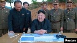 رهبر کره شمالی در جریان آزمایش موشک بالیستیک بین قارهای هواسونگ-۱۵