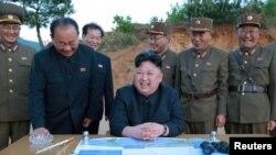 Ким Чен Ын во время запуска ракеты Hwasong-12 (Mars-12) с генералом Ри Пхень Чолом (второй слева), Ким Чон Сиком (в центре) и Чанем Хан Ха (второй справа)