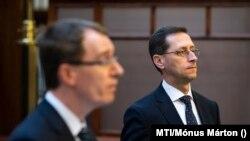 Becsei András, a Bankszövetség akkori vezetője és Varga Mihály pénzügyminiszter 2020. április 9-én.
