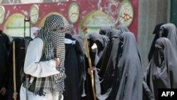 Кызыл мечиттеги медреседе окуган талип студенттер коопсуздук күчтөрү менен кагылышуу учурунда. Исламабад, 3-июль 2007