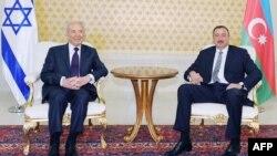 شیمون پرز، رئیس جمهور اسرائیل، در کنار همتای آذربایجانی خود در سال ۲۰۰۹