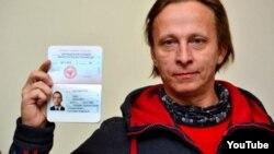Російський актор Іван Охлобистін отримує так званий «паспорт» угруповання «ДНР», що визнане в Україні терористичним