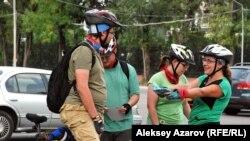 Сбор участников Veloquest'а проходил на просторной велопарковке около Центрального парка отдыха. Алматы, 13 сентября 2015 года.