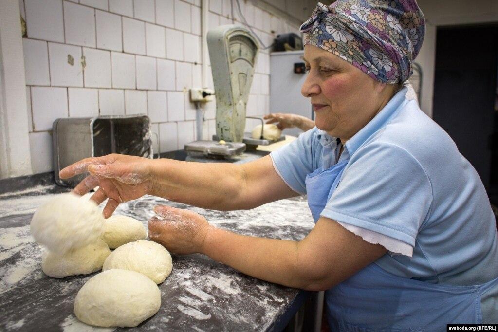 Эмма формирует хачапури и булочки