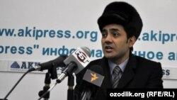 Өзүн Кыргызстандагы өзбек жамаатынын өкүлү деп тааныштырган Абдулла Юсупов маалымат жыйында, Бишкек. 27-январь, 2011-жыл.