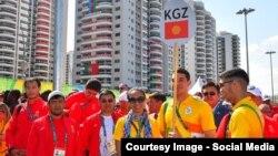 Члены кыргызстанской делегации на церемонии поднятия флага КР в олимпийской деревне. 4 августа 2016 года.