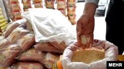 برنج وارداتی از هند در یک بازار ایران