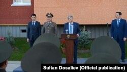 Алмазбек Атамбаев на церемонии открытия многоквартирного жилого дома для сотрудников ГКНБ. 27 октября 2017 года.