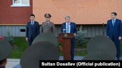 Алмазбек Атамбаев на церемонии открытия многоквартирного жилого дома для сотрудников ГКНБ. 27 октября 2017 г.