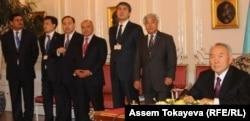 Қазақстан президенті Нұрсұлтан Назарбаев (оң жақта) және қазақстандық үкімет шенеуніктері. Прага, 23 қазан 2012 жыл.